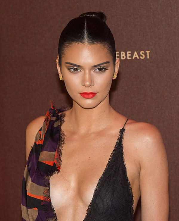 kendall jenner khoe tron vong mot tai bua tiec cannes 2016 1