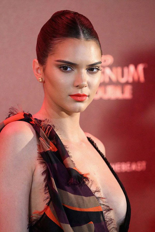kendall jenner khoe tron vong mot tai bua tiec cannes 2016 5