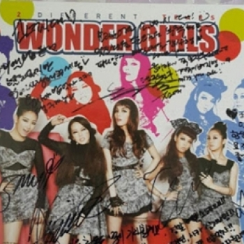 Fan Kpop buc xuc nghi ngo SNSD vut album do Wonder Girls tang